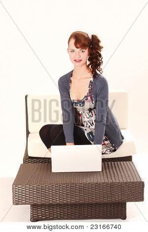 Mulher jovem com laptop