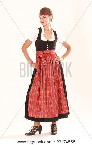 jovem mulher em trajes tradicionais