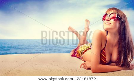 Schöne Frau im Bikini Sonnenbaden am Meer