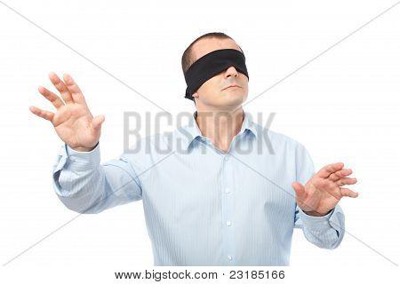 Empresario con los ojos vendados