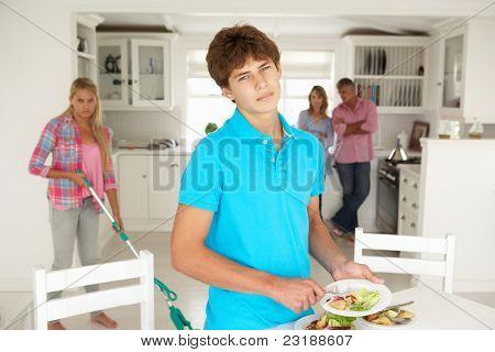 Jugendliche, die keinen Genuss Hausarbeit