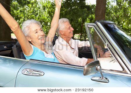 Altes Paar in Sportwagen