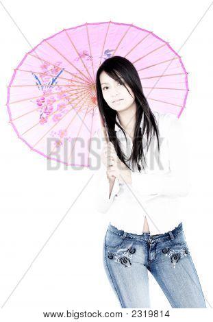 Lässig mädchen mit rosa Regenschirm