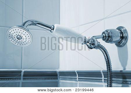 Hermosa y moderna ducha en el baño
