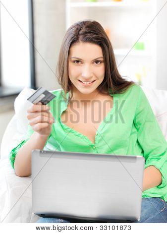 imagens de mulher feliz com computador portátil e um cartão de crédito