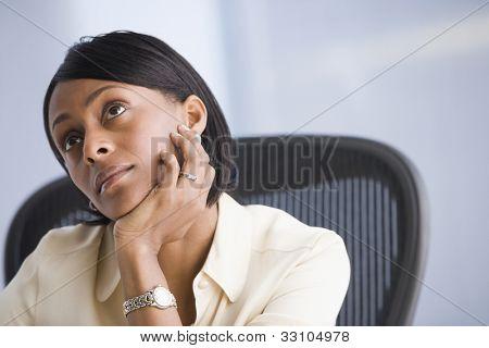 Empresaria afroamericana pensando