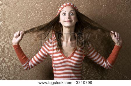 Jovem mulher puxando seu cabelo comprido