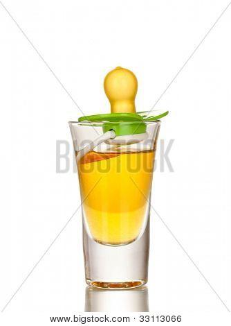 Baby dummy mit alkoholisches Getränk isoliert auf weiss
