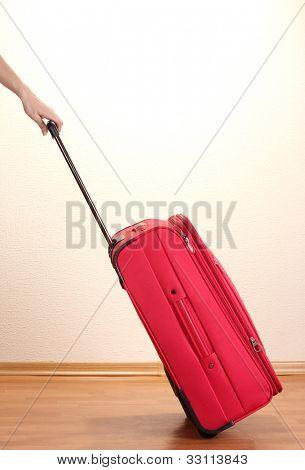 Rote Koffer im Zimmer