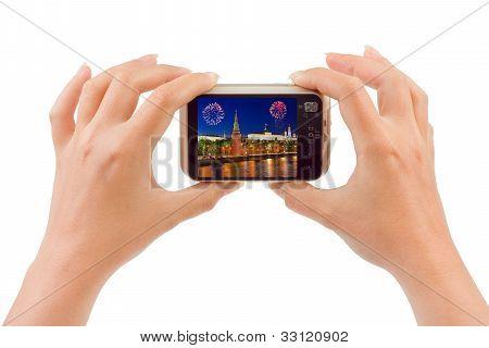 Câmera fotográfica em mãos