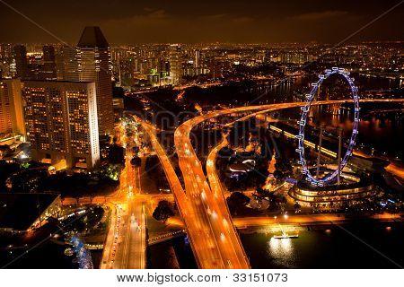 Singapur - 15. APRIL: Ein Blick auf die Stadt vom Dach Marina Bay Hotel in der Nacht auf 15. April 2012 auf Singap