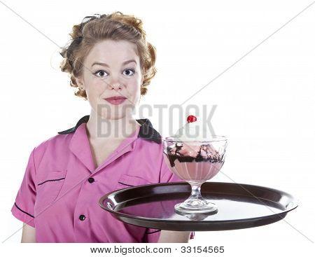 Estilo vintage camarera que sirve un helado