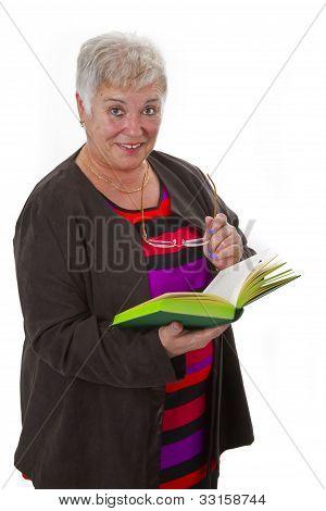 Senior femenino leyendo un libro