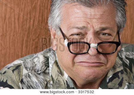 dummer Mann mit verklebten Gläser