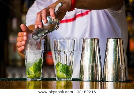 barmen mixes a cocktail