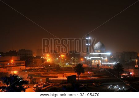 Bagdad bei Nacht. Shahid Moschee (wo sunnitische Muslime verehren) am Firdos-Platz im Zentrum von Bagdad.