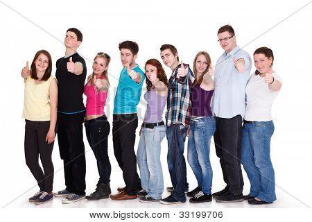 Grupo de amigos sonrientes en fila y mostrando los pulgares para arriba