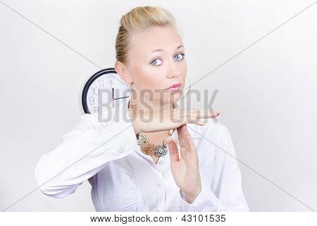 Executivo de negócios feminino mostrando o gesto de tempo