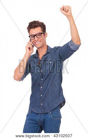 ocasional hombre joven hablando por teléfono y animando. aislado sobre un fondo blanco
