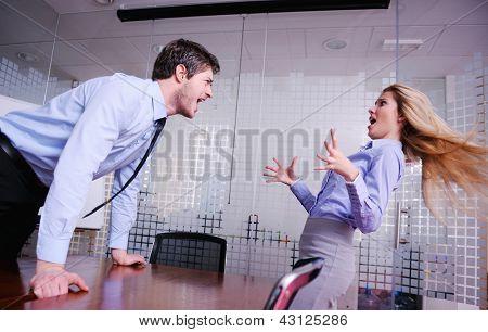 Hombre de negocios enojado gritando al empleado en la oficina