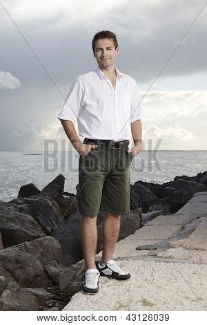 sympathischer Mann im Urlaub