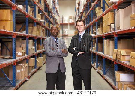 Retrato de dois empresários em armazém