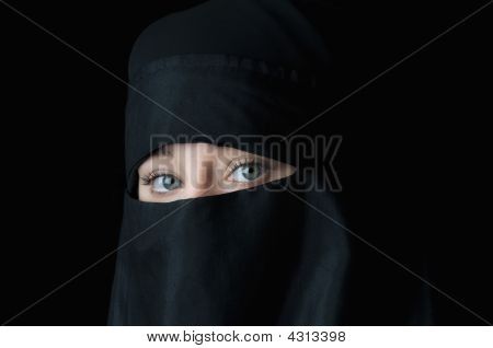 Hermoso Blue Eyed Woman In Black Muslim Niqab velo
