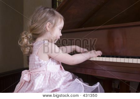 Little Girl tocando Piano
