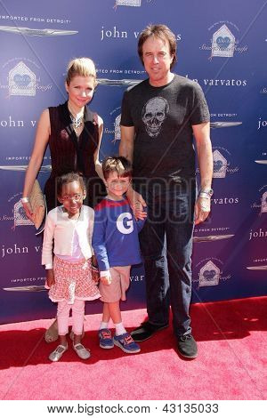 LOS ANGELES - 10 de março: Kevin Nealon chega a 10 John Varvatos Stuart casa benefício anual um