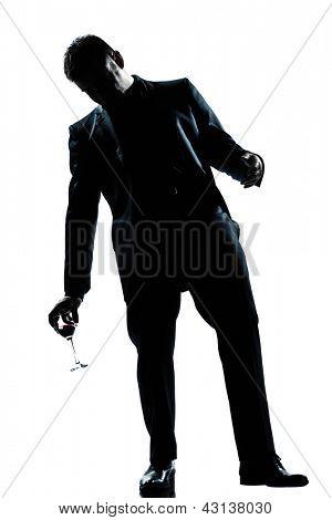 uma silhueta de comprimento total do homem caucasiano bêbada segurando um copo de vinho tinto no estúdio isolado branco