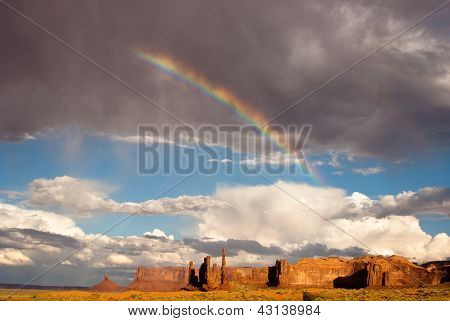Arco iris y sol en Monument Valley