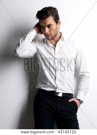 Retrato de la moda de hombre joven en camisa blanca
