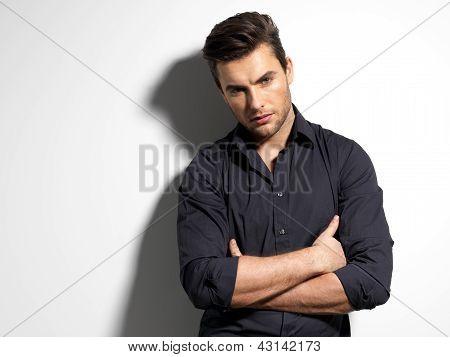 Retrato de la moda de hombre joven en camisa negra