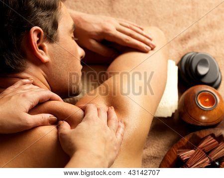 Mann mit Massage in der Spa-salon