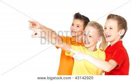 Ponto de crianças felizes por dedo em algo afastado.