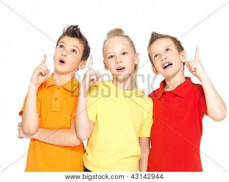 Retrato de crianças felizes ponto Up pelo dedo - isolado no branco