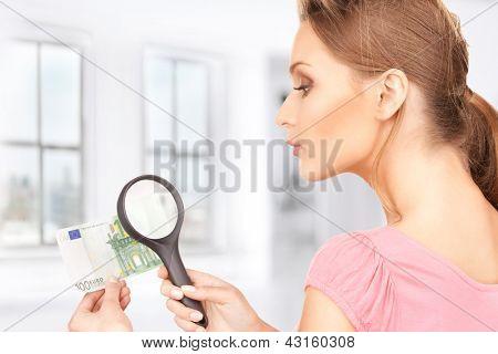 linda mulher com lupa e dinheiro
