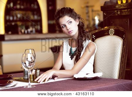 Luxus. klassische romantische Frau im Restaurant. Lebenserwartung
