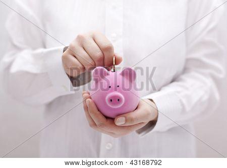 Poner monedas en la hucha