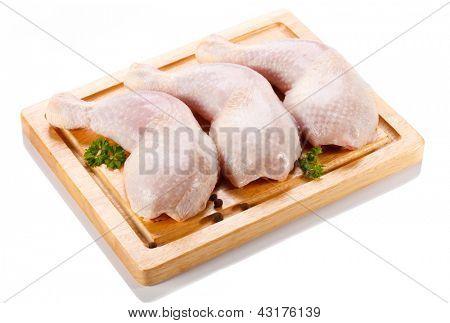 Rohe Hähnchenschenkel auf Schneidebrett