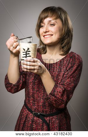 Mulher prepara chá