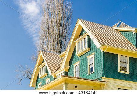o telhado da casa com janela agradável