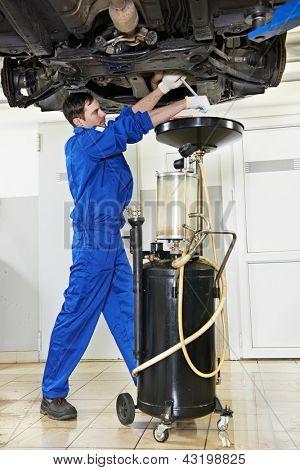 técnico mecânico de auto substituindo e mudar o óleo do motor no motor de automóvel no reparo de manutenção
