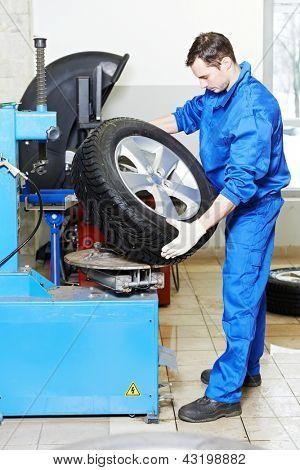 安装汽车车轮上轮胎工机械修理工