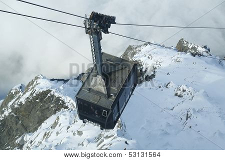 Cable car arriving to Auguille du Midi