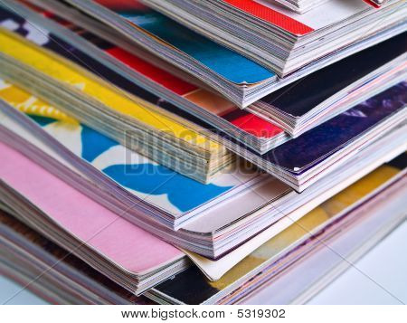 Zeitschriften gestapelt ungleichmäßig Edge Fokus