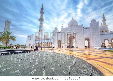 ABU DHABI, UAE - MARCH 26: Sheikh Zayed Grand Mosque in Abu Dhabi on March 26, 2014, UAE. Grang Mosquein Abu Dhabi is the largest mosque in the United Arab Emirates for more than 40,000 prayers.