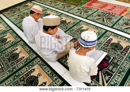 Kinder lesen koran