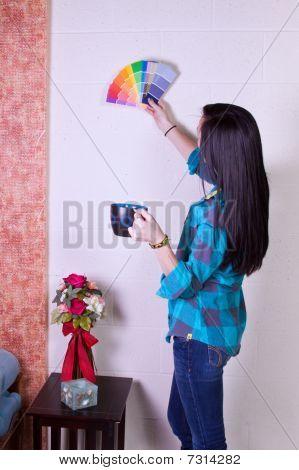 Menina, escolhendo uma cor para as paredes