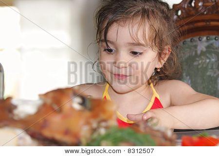 Chica en mesa de comedor